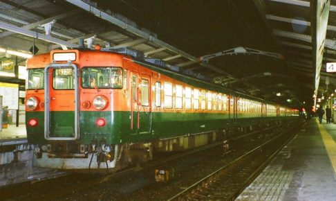 165系(Photo by:まも(Mamo) / Wikimedia Commons / パブリックドメイン)※画像の車両は商品と仕様が異なる場合があります